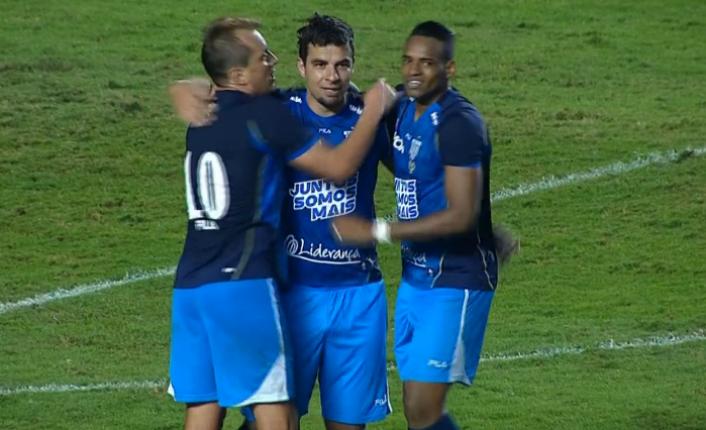 Jogadores do Avaí comemoram com o centro-avante André Lima o gol do empate com o São Paulo