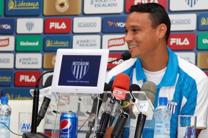 Emerson pertence ao Atlético Mineiro e por força de contrato não poderá jogar nesta quarta-feira