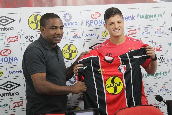 Lucas Crispim atua no meio de campo e estava no elenco do Santos Futebol Clube (Foto: Assessoria)