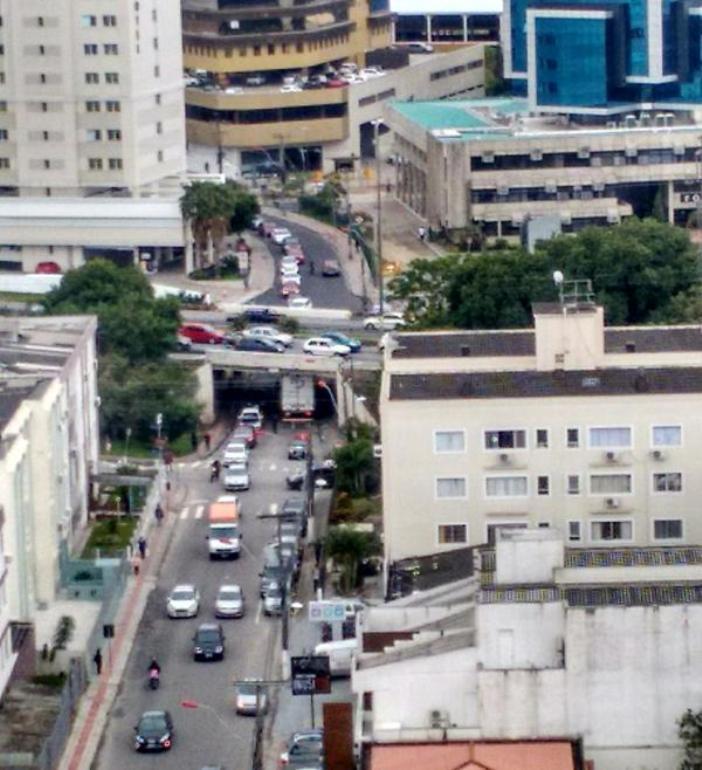 Caminhão entala em viaduto na rua Koesa (Foto: Rodrigo Brusch)