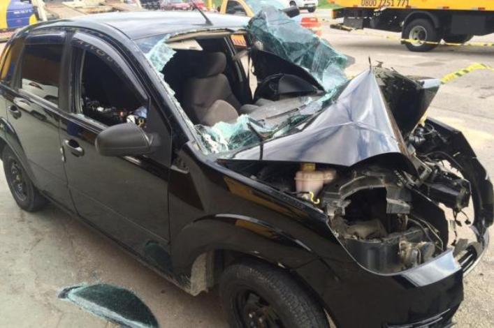 carro bateu em poste na PRF de Biguaçu - Betina Humeres - Agencia RBS