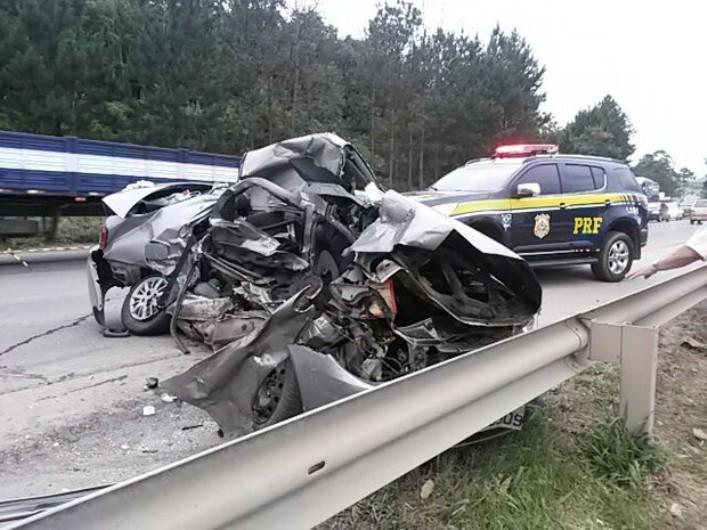 Fiat Siena que bateu em caminhão em Pouso Redondo: quatro mortos (Foto: PRF)