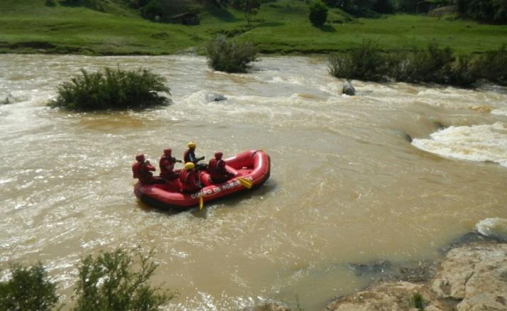 Bombeiros - resgate em rio de águas rapidas - com bote