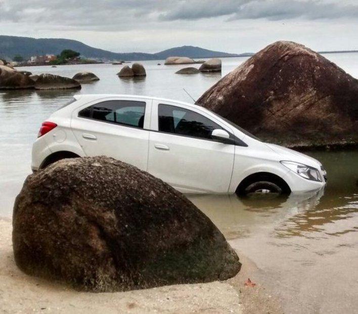 Carro cai na água na região do bairro Itaguaçu - (Foto-Pista Limpa)