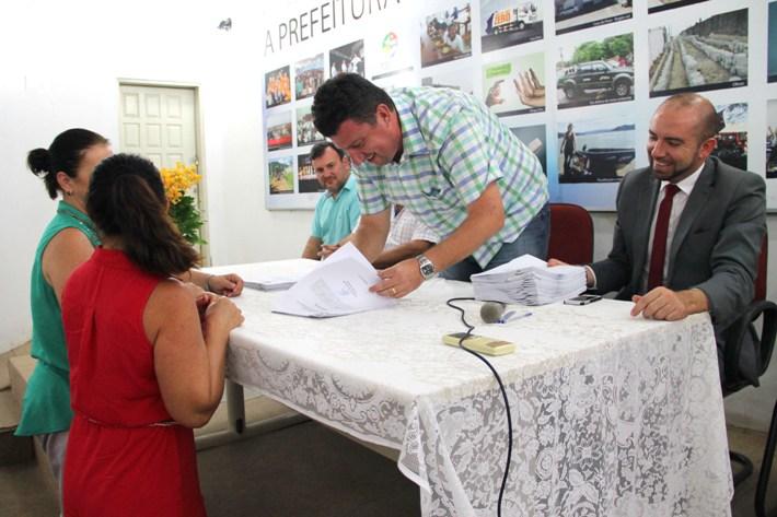Momento da assinatura do contrato de admissão (Foto: Pedro Costa/Secom)