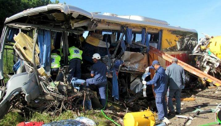 Ônibus foi atingido por caminhão (Foto: PRF)