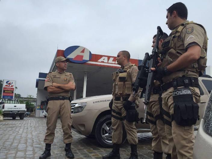 Coronel Araújo Gomes e policiais do PPT
