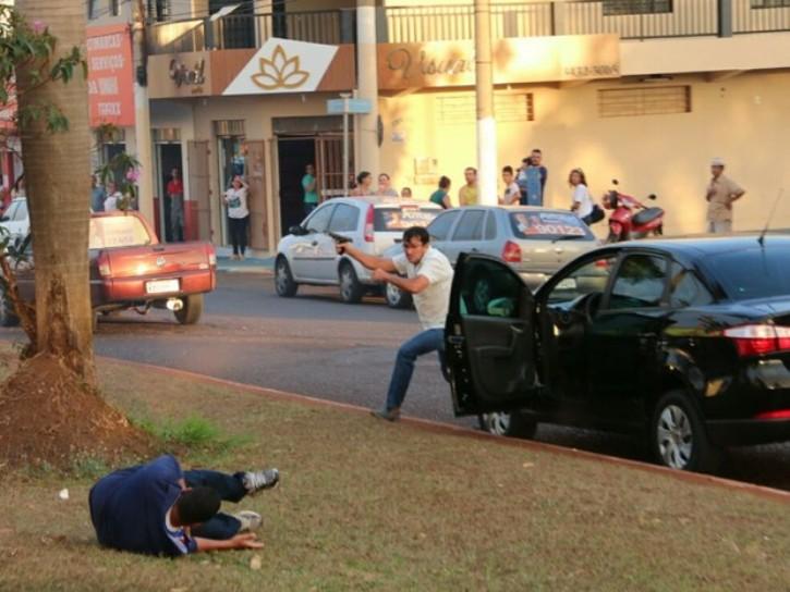 Momento em que o atirador atingiu o cabo da PM Vanilson João Pereira (caído) durante o atentado em Itumbiara, no sul de Goiás (Foto: Reprodução/TV Anhanguera)