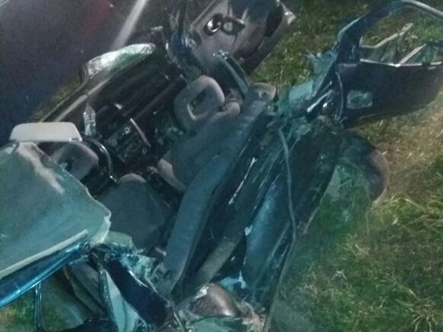 As três pessoas que morreram em Içara estavam em um Corsa (Foto: PRF/Divulgação)