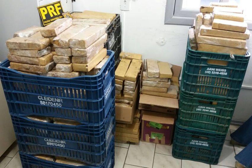 Tabletes da droga estavam escondidos  dentro de pneus (Foto: PRF)
