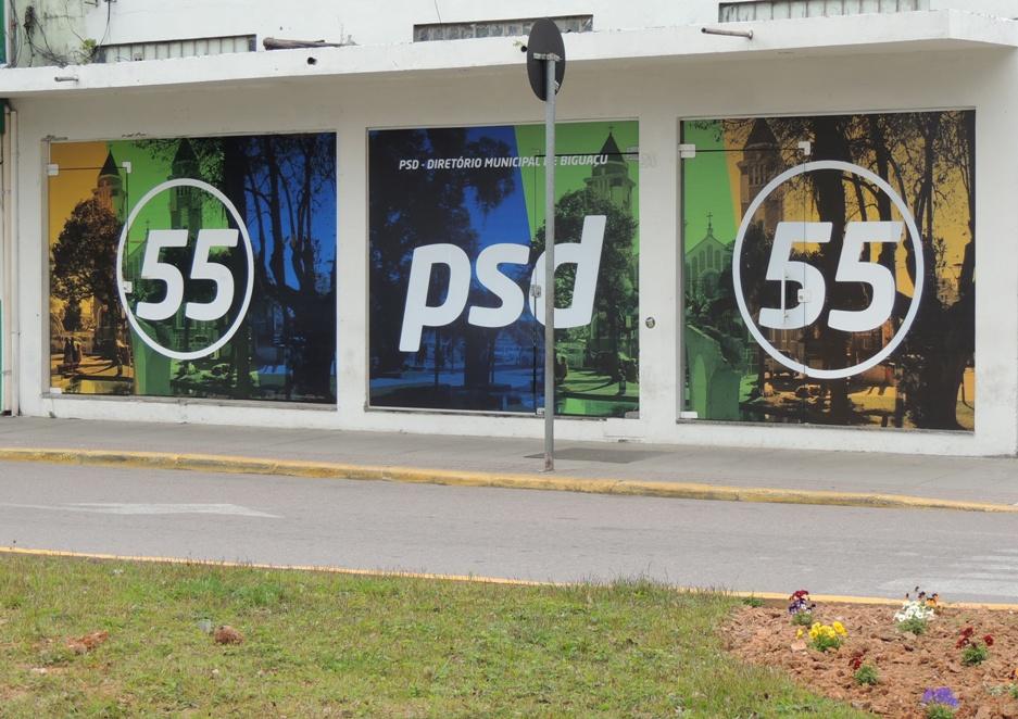 Coligação de Tuta quer tirar adesivagem da sede do PSD, no centro da cidade (Foto: Bigu´News)