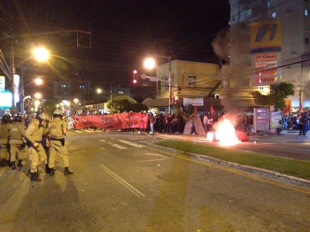 Manifestantes queimaram lixeiras em protesto em Florianópolis nesta sexta-feira (Foto: G1)