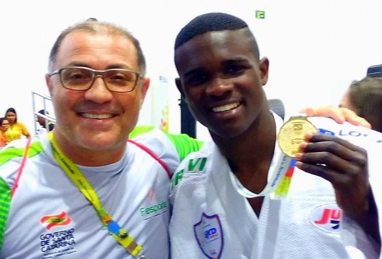Treinador ao lado do medalhista de ouro Matheus Roberto Pereira (Foto: Antonio Prado)