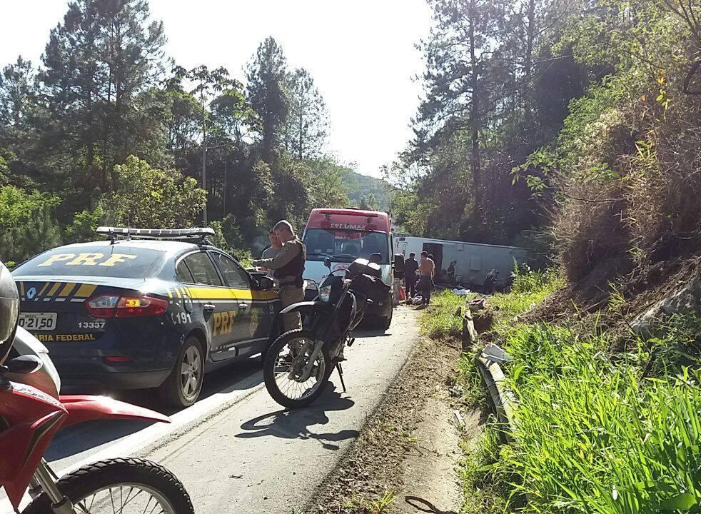 Ônibus tombou em uma curva (Foto: PRF)