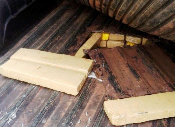 Tabletes de maconha estavam escondidos na caçamba (Foto: PRF)