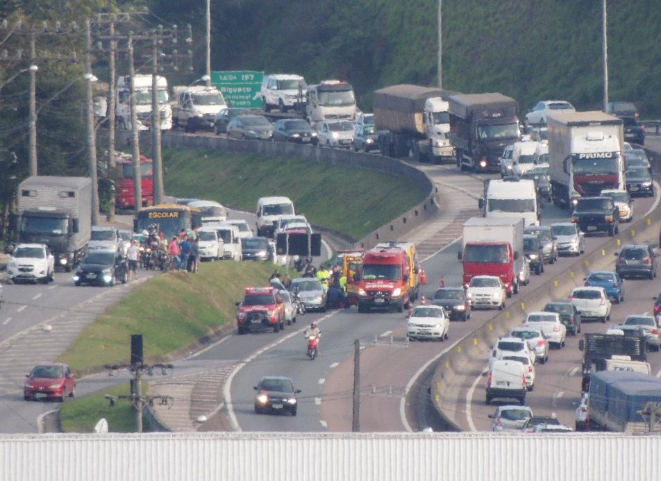 Acidente causou filas na rodovia. Motociclista ficou em estado grave (Foto: Biguá News)
