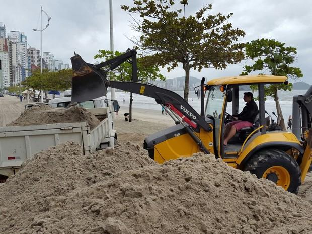 Em Balneário Camboriú, operários removeram areia no calçadão (Foto: Luiz Souza/RBS TV)