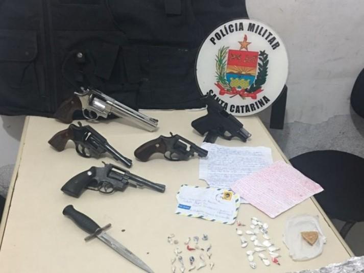 Armas e drogas foram apreendidas após conflito entre suspeitos e policiais em Navegantes (Foto: PM/Divulgação)