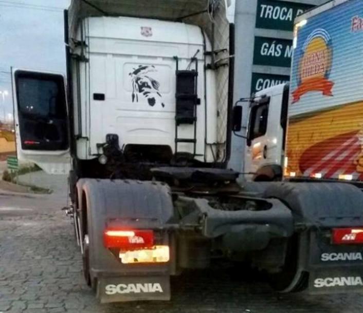 Cavalo mecânico foi abandonado em Biguaçu, mas a carga foi levada (Foto: PRF)