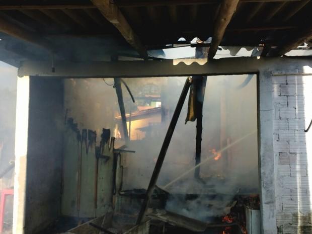 Casa ficou completamente destruída em incêndio em Criciúma (Foto: Corpo de Bombeiros/Divulgação)