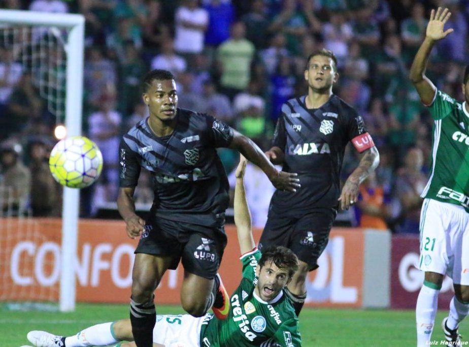 Figueirense reclama de pênalti marcado para o Palmeiras (Foto: Assessoria)