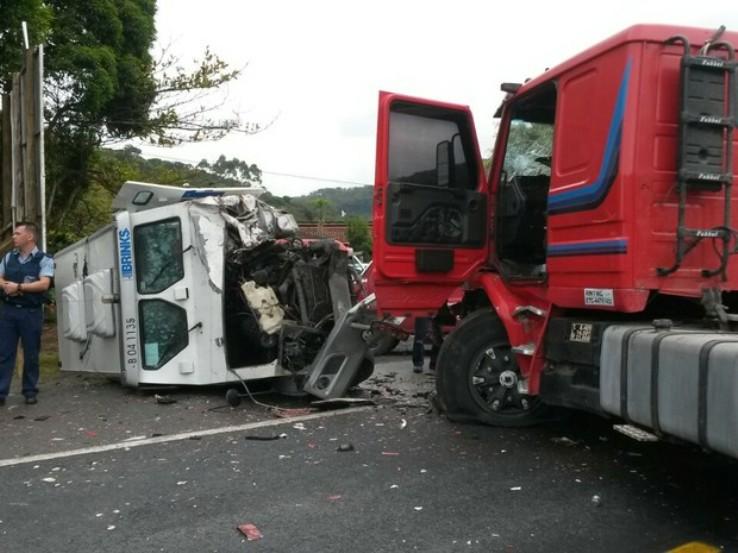 Assaltantes jogaram um caminhão contra o carro-forte (Foto: Heverton Ferri/RBS TV)