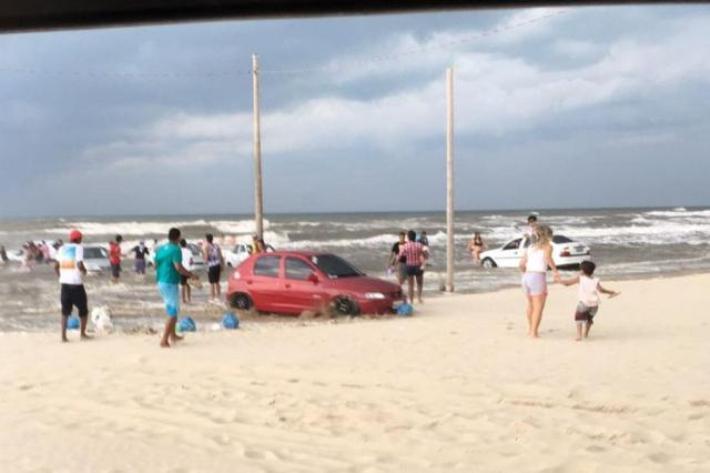 No Morro dos Conventos, em Araranguá, onda atingiu vários carros na areia