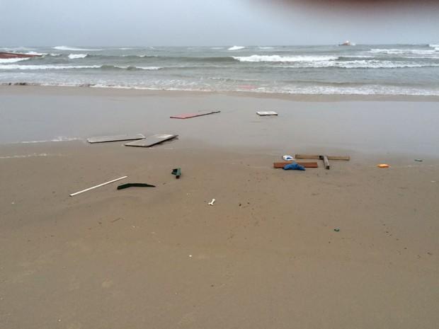 Barco naufragou na madrugada desta quarta-feira (26) (Foto: Corpo de Bombeiros/Divulgação)