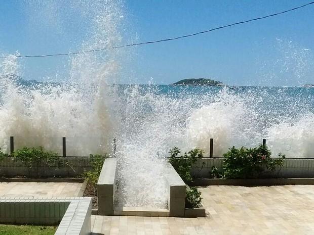 Ondas altas destruíram portão de um prédio e um deck nos Ingleses (Foto: Ivete Laroque/Divulgação)