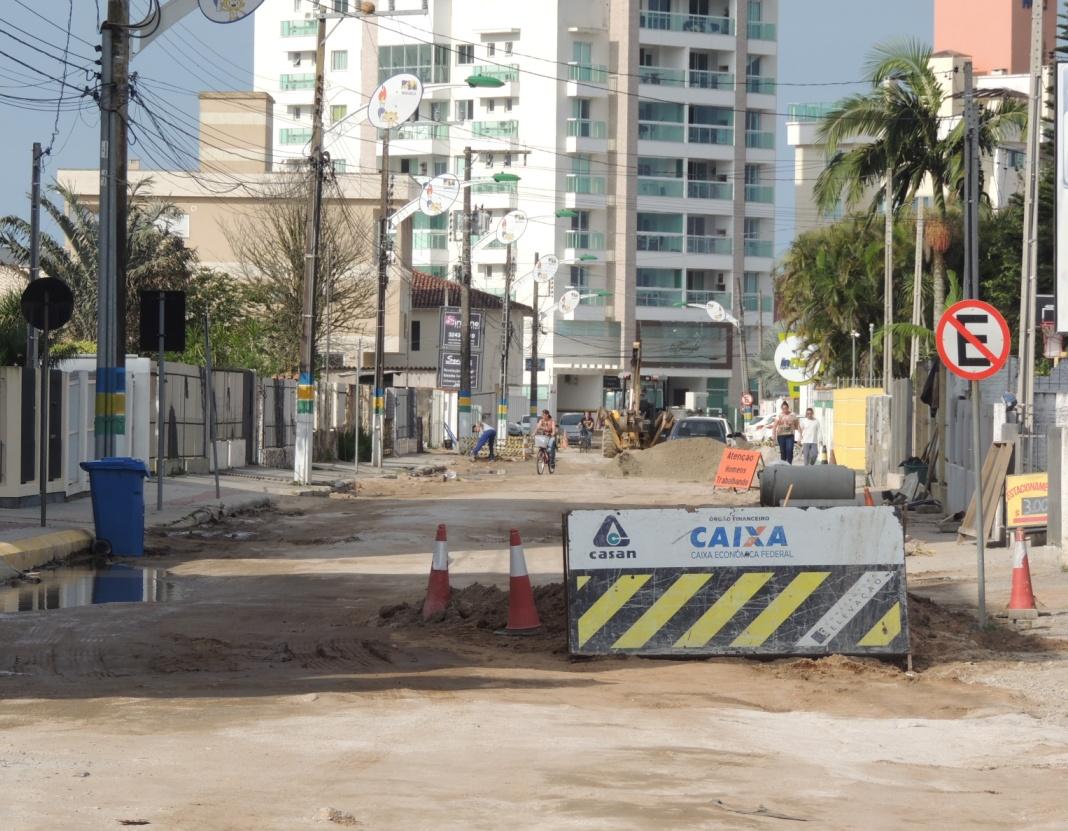 Maquinários finalizam parte de drenagem e de esgoto para a rua receber asfalto (Foto: Biguá News)