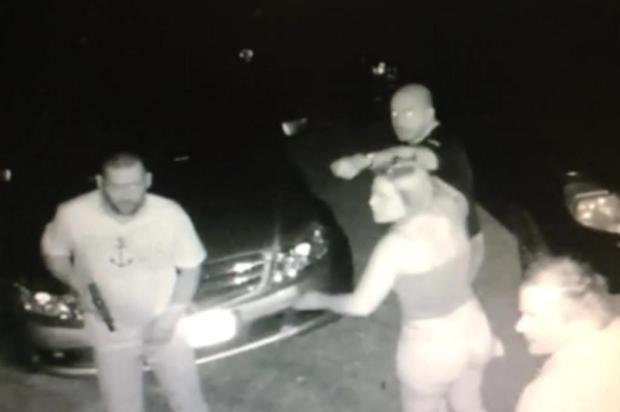 Policiais invadiram a casa e estavam armados Foto: Reprodução / Divulgação