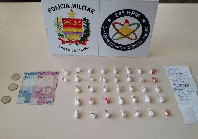 Traficante foi pego vendendo cocaína em frente à escola (Foto: PM)