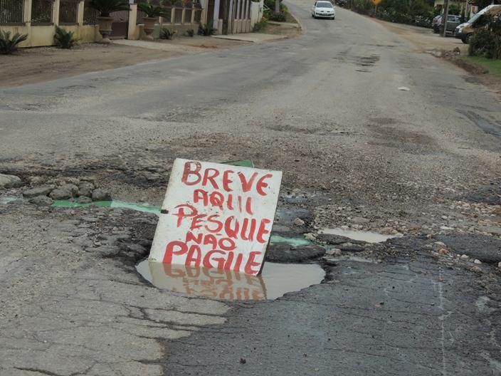 Moradores ironizam situação da rodovia