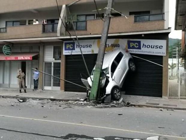 Veículo ficou preso entre poste e loja em Jaraguá do Sul (Foto: Rogério Tallini/Rádio Jaraguá)