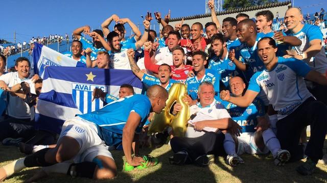 Jogadores comemoram no estádio do Café (Foto: Globo Esporte)