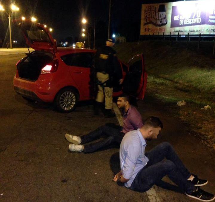 Carro foi recuperado e dois jovens acabaram presos (Foto: PRF)
