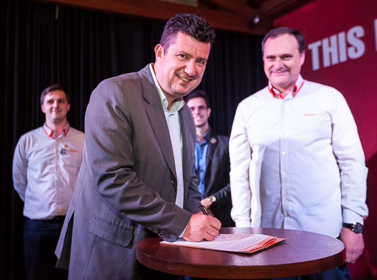 Prefeito e diretores da empresa assinando convênio (Foto: Divulgação)