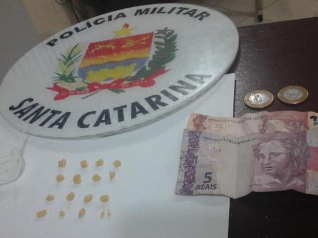 Pedras de crack estavam na cueca de traficante em SC (Foto: PM/Divulgação)