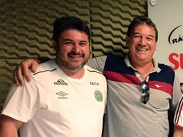 Cleberson Silva, assessor que estava no voo, e Ivan Carlos, narrador que desistiu da viagem (Foto: Rádio Condá/Divulgação